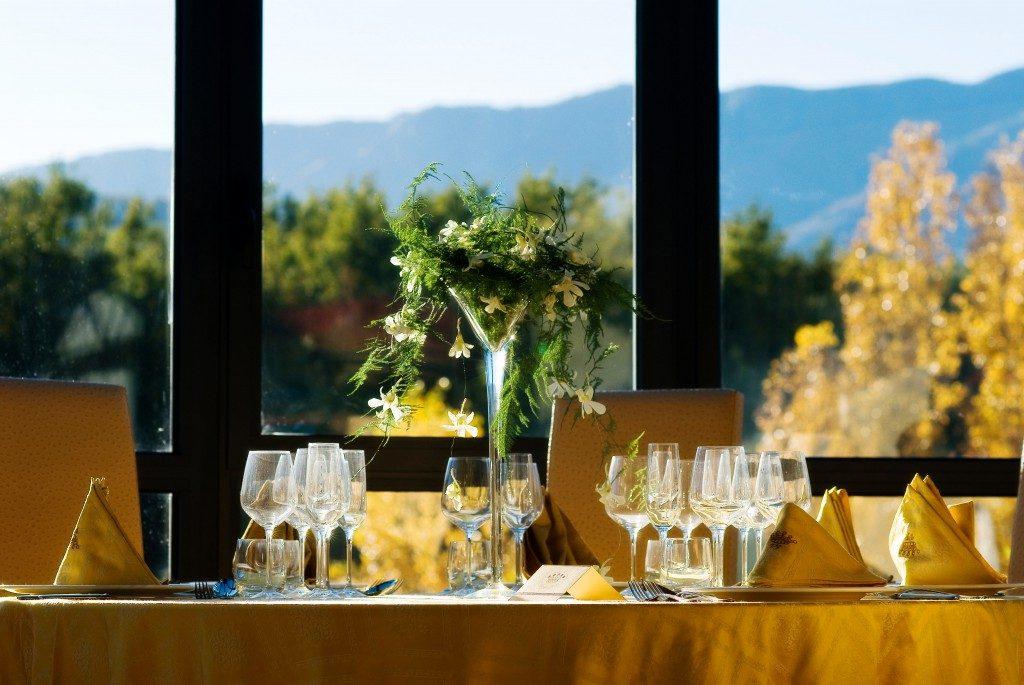 Dettaglio tavolo apparecchiato all'interno - Tenuta Villa dei Fiori