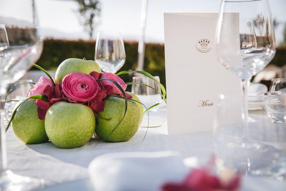 Dettaglio tavolo con centrotavola mele e fiori - Tenuta Villa dei Fiori