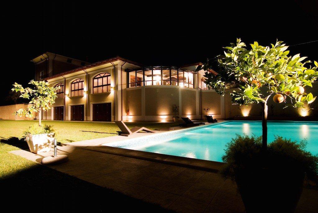Tenuta Villa dei Fiori vista notturna con piscina